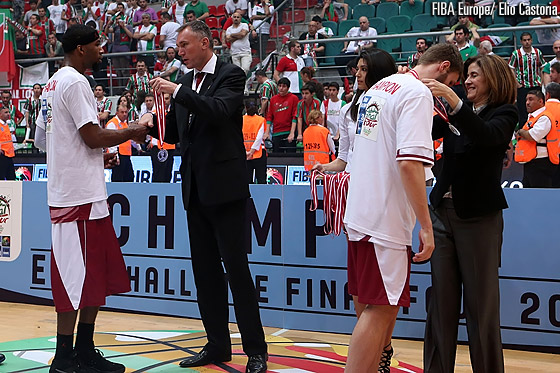Lamayn Wilson receives his gold medal from FIBA Europe Secretary General Kamil Novak